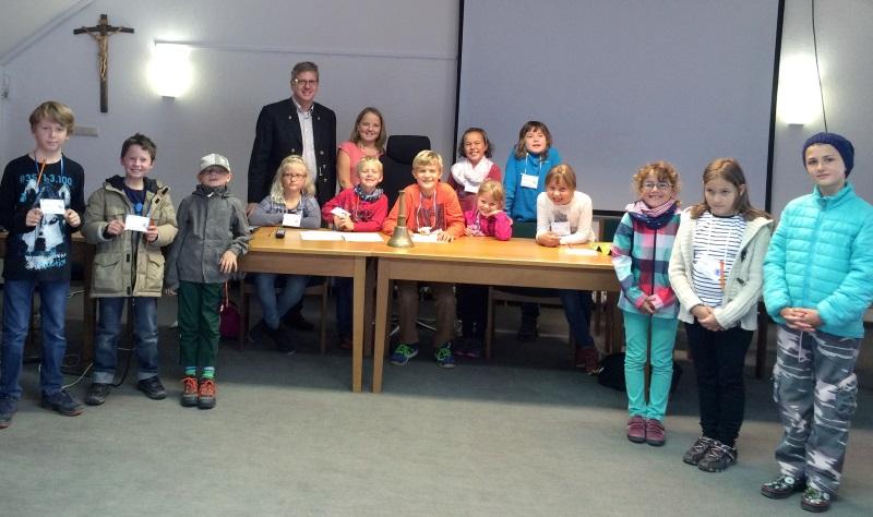 Die Teilnehmer des ersten Ferienprogramms im Rathaus mit Kinder-Ferien-Bürgermeister Lukas Hauser (Mitte) und Bürgermeister Andreas Rumpel